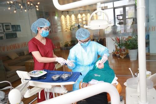 Bác sĩ tại nha khoa Vân Anh đang khám chữa cho khách hàng